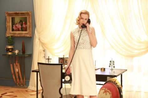 clairestbearestreviews_filmreview_graceofmonaco_graceonphone